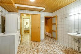 Keskikerroksen yhteinen sauna ja kylpyhuone
