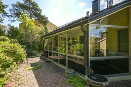 Talo kuvattuna Pöllinpuiston puolelta