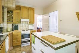 Vasemman puoleisen huoneiston keittiö