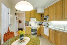 Oikean puoleisen huoneiston keittiö