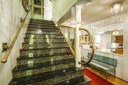Keskikerroksen portaikko ja aula