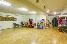 Kellarin tanssistudio, joka olisi muutettavissa liiketilaksi esim. tilitoimisto