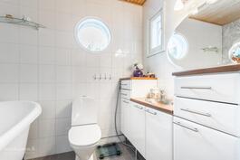 Yläkerran ylellinen kylpyhuone - ylellistä nautintoa elämään