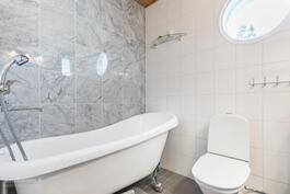 Romanttisiin kylpyihin tassuamme upeassa yläkerran kylpyhuoneessa