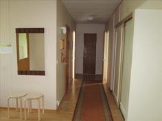 Käytävän varrella 3 huonetta