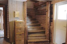 Sisäeteisestä portaat yläkertaan.