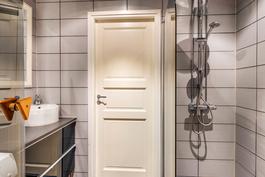 Kylpyhuoneessa on sadesuihku