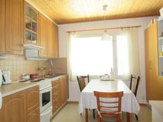 Päärakennuksessa kaksi erillistä huoneistoa omin sisäänkäynnein, kuvassa kolmion keittiö!