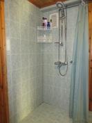 Kuvassa päärakennuksen autokatoksin yhdistetty pihasaunarakennuksen kylpyhuone!