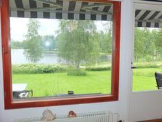 Olohuoneen ikkunoista on kaunis  näkymä Pienelle Multia-järvelle....