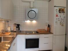 Kaapiston välitila ja osa keittiön seinästä on laatoitettu