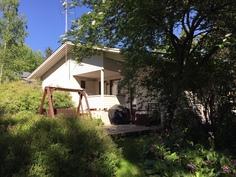 Terassilla on aurinkoa ja puiden antamaa suojaa