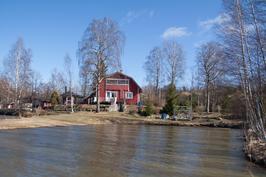 Talo järveltä.