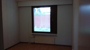 Makuuhuone. Takapihan puolella. Oma TV-pistoke myös tässä huoneessa.