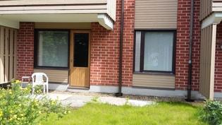 Aallontie 7 B 16 takapiha.Vasemmalla olohuoneen ja oikealla makuuhuoneen ikkunat.