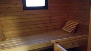 Ikkunallinen sauna takapihan puolella.