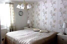 Tilavassa (14 m2) makuuhuoneessa kaappitilaa sekä tilava vaatehuone