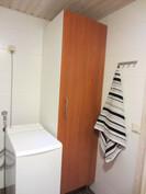 kylpyhuoneessa myös paikka pesutornille ja säilytystilaa liinavaatteille