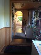 Takkahuoneesta näkymä olohuoneeseen ja keittiöön
