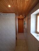 Saunaosaston käytävää, käytävän päästä kulku varasto/tekniseen tilaan.