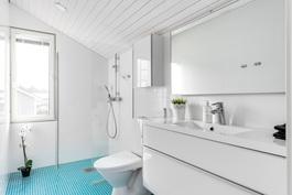 Yläkerrassa oma kylpyhuone