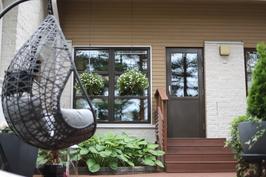 Takapiha, kuvattu takapihan alaterassilta olohuoneeseen päin