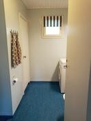 Kylpyhuone / ovi saunaan takana vasemmalla