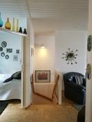 Vasemmalla yläkerran makuuhuone, portaikko alakertaan.