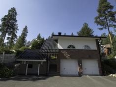 Autotalli alakerrassa ja asuinhuone/harrastetila yläkerrassa omalla sisäänkäynnillä (omalla takalla)