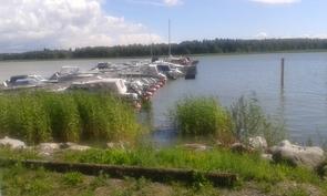 vene rantaan on matkaa noin 100 m josta pääsee suoraan mereelle.