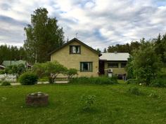 Talo tontin laidalta kuvattuna