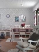 Ruokahuone olohuoneesta kuvattuna (keittiö vasemmalla)
