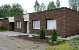 Julkisivu Horsmakujalle päin; kivilaatta kiertää talon 3 sivua
