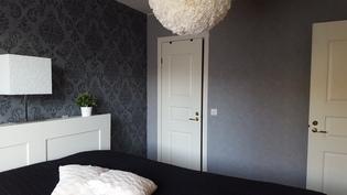 1. makuuhuoneessa erillinen vaatehuone