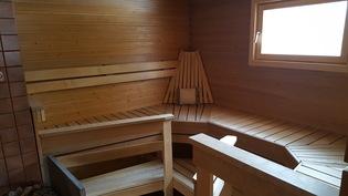 Tilava sauna; kolmella seinällä lauteet