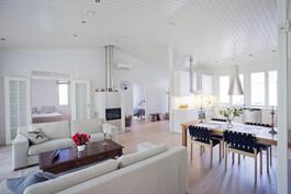 Avara keittiö ja olohuone