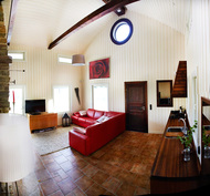 Piharakennuksen takka-/olohuone/keittiö