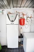 Maalämpölaitteisto varastossa, lämmittää käyttöveden ja antaa lämmön kahteen kolmesta rakennuksesta
