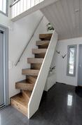 Kulku parvelle - puusepän valmistamat tukevat portaat