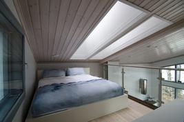 Parvi - sängyn takaa käynti käyttöullakolle