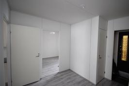 uusittu eteisaula / makuuhuoneet