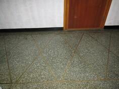 Rappukäytävän vihreässä graniitisssa näyttävät messinkiupotukset