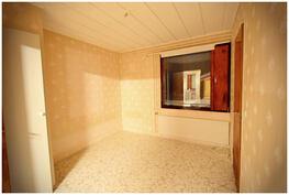 Keskimmäisen makuuhuoneet yhteydessä on tilava vaatehuone.