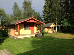 Takapihalla on tilaa oleskella terassin ja pation lisäksi nurmikolla.