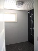 Kylpyhuone: laatoitetut lattiat + seinät