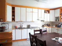 keittiö: laattalattia, Puustellin kaapit, kodinkoneet uusittu 2014-2017