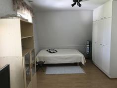 Sovrum 1 i övre våningen/Makuuhuone 1 yläkerta