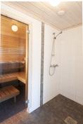 Pesuhuoneessa 2 suihkua ja pesukoneliitäntä
