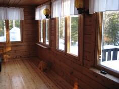 Terassihuone, ikkunat avautuvat etelään päin.  Terassihuoneen alla hyvä kellari, jonne käynti ulkoa.