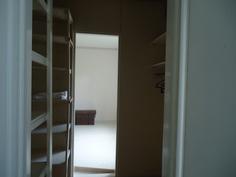 makuuhuone 1:stä vaatehuoneen läpi mh 2:een